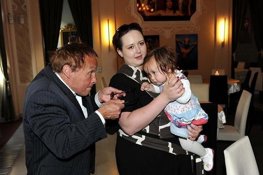 Jan Saudek s přítelkyní Pavlínou Hodkovou a dcerou.