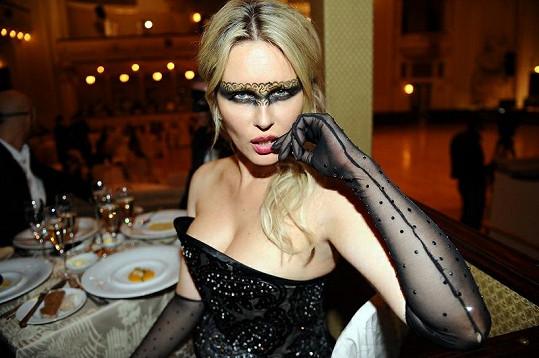 Díky kojení má velmi bujný dekolt i modelka Simona Krainová.