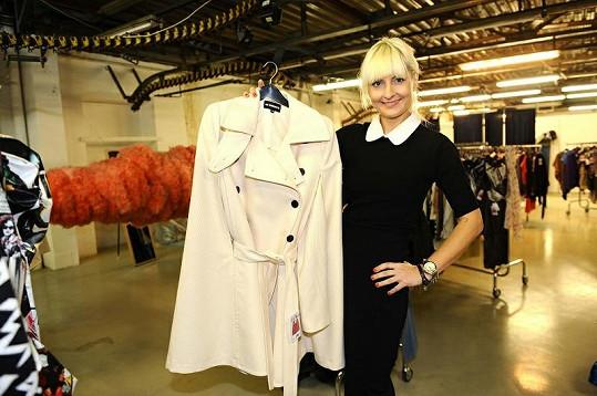 Tenhle kabátek luxusní značky by stál 30 tisíc korun, pro charitu se prodává jen za tisícovku.