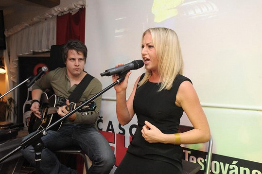 Na FHM párty zazpívala Martina Pártlová.