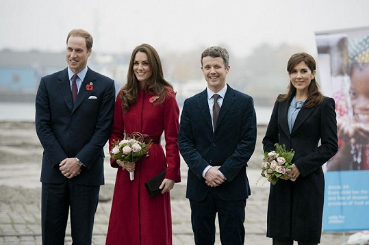 William s Kate a korunní princ Frederik s princeznou Mary.