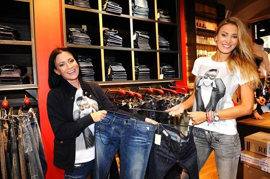 Holky nabízely džíny.