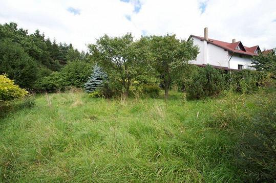 Dům je u lesa a má velkou zahradu o téměř sedmi stech metrech čtverečních.