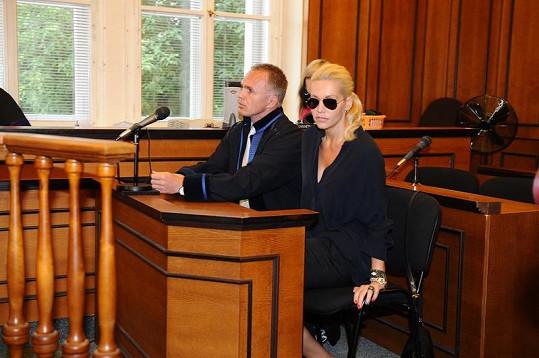 Dara se svým advokátem v soudní síni.