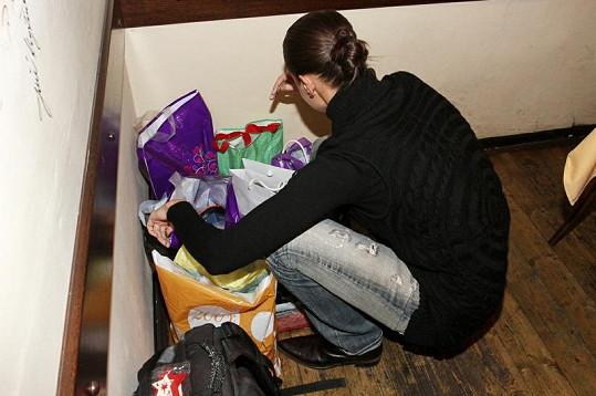 Iva Kubelková přinesla plné tašky dárků.