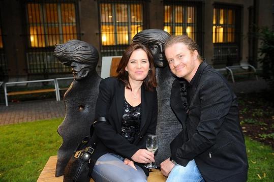 Bára s manželem Pavlem Šporclem na vernisáži v zahradách Slovanského domu.