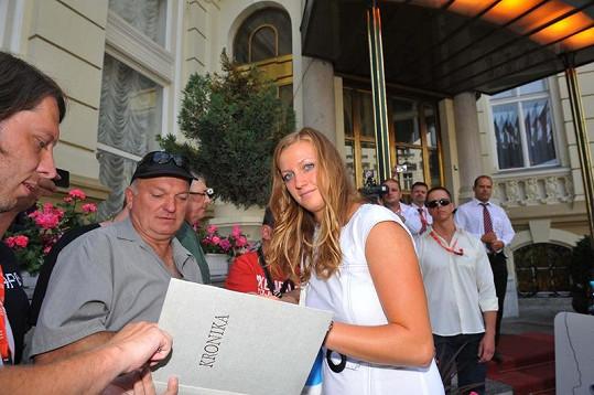 Petra Kvitová se ochotně podepisovala fanouškům.
