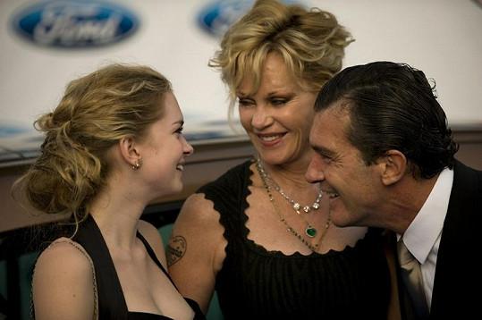 Spokojená rodina na charitativní události ve Španělsku.