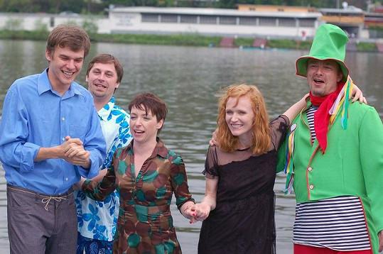 Herečky se odhodlávají ke skoku do řeky.