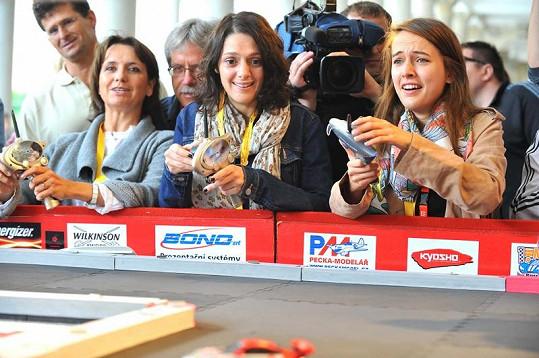 Veronika Freimannová, Klára Issová a Tereza Voříšková na charitě České televize jezdily autíčky na autodráze.