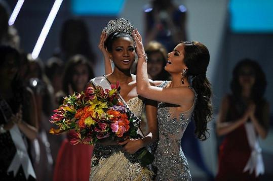 Nové vítězce předala korunku loňská Miss Ubiverse Ximena Navarrete z Mexika.