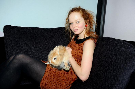 Při focení se Anička sladila s králíčkem.