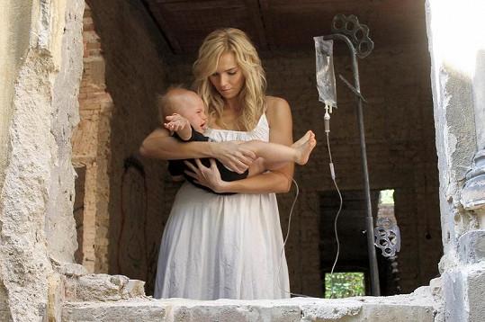 Modelka Hanka Mašlíková ve videoklipu ztvárnila mladou maminku, která spáchá sebevraždu.