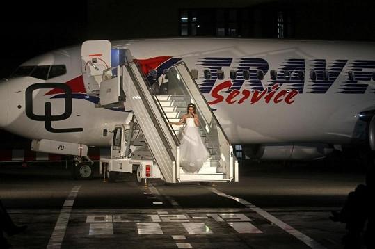 Z nového letadla vycházely modelky i zpěvačka Olga Lounová.