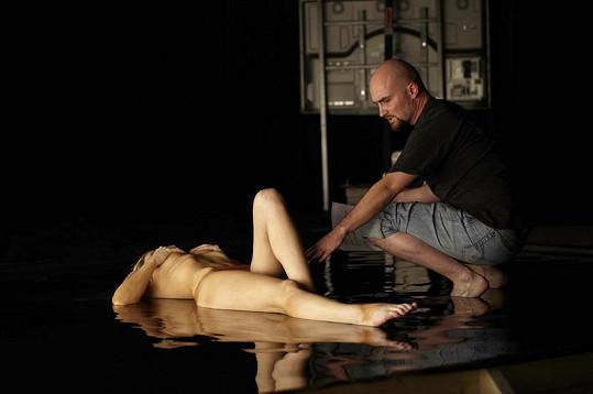 Úplně nahá Gábina musela ležet ve studené vodě.