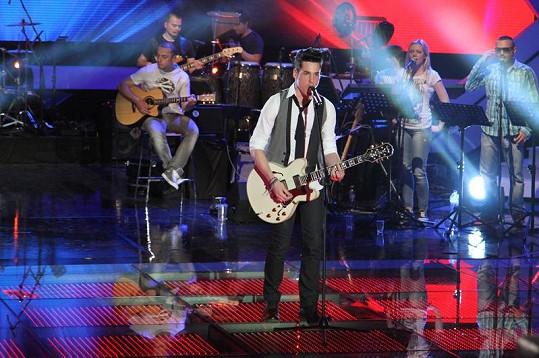 Daniel zazpívá sólo píseň Boulevard of Broken Dreams od kapely Green Day a doprovodí se na kytaru.