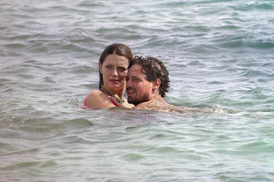Misha v mořských vlnách s přítelem Sebastianem.