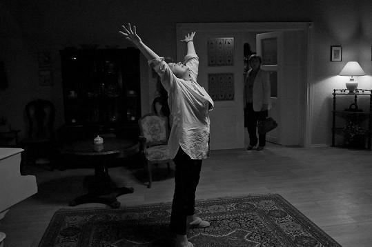 Libuše Šafránková si před kamerou zacvičila jógu.