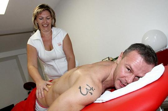 Braňo Polák si užívá masáže.