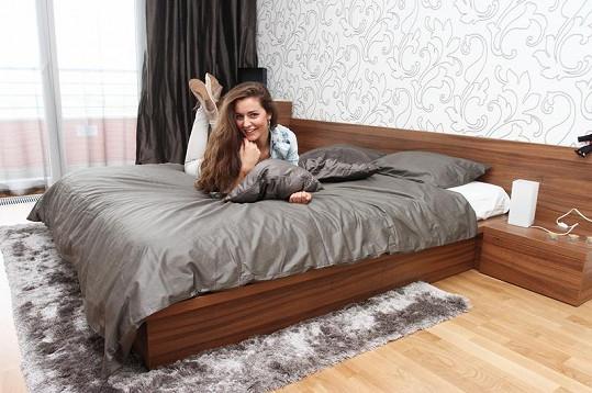Tereza Chlebovská si v prostorné posteli libovala.