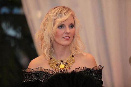 Blondýnka zpívala u Petra Muka, teď je novou posilou kapely ABBA Stars.
