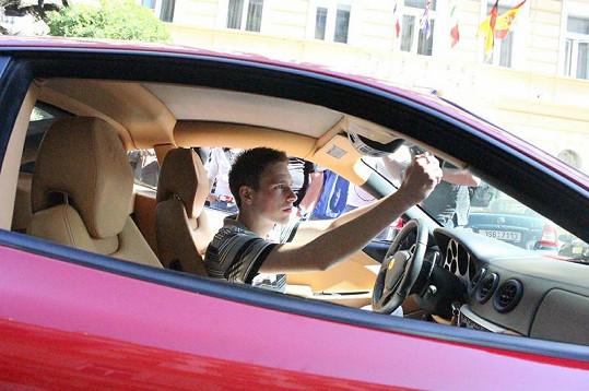 Ondřej Pacholík si upravuje Ferrari k obrazu svému.