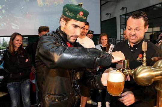 """David Svoboda balil fanynky na své """"pivařské"""" umění."""