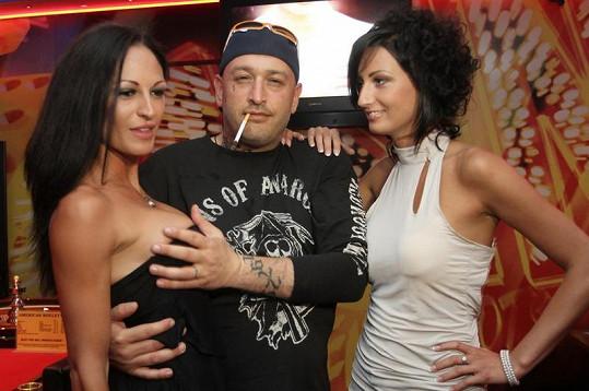 Rapper se pochlubil, že koupil přítelkyni (vlevo) nová silikonová prsa.