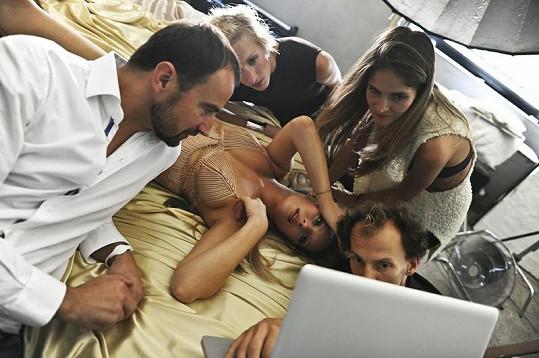 Do jedné postele se vešel celý realizační tým - make-upistka Hristina Georgievska, kadeřnice Jana Roškotová, stylistka Maria Kohutik i producent Pavel Trčka