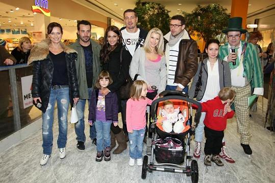 Celebrity v čele s Eliškou Bučkovou a Noidem oslavily otevření kluziště.