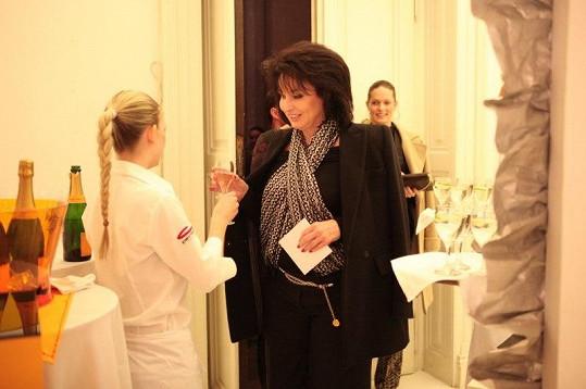 Renata Vesecká se chopila drinku na přivítanou.