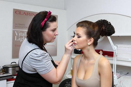 Ještě úprava make-upu.