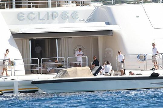 Abramovič (stojící uprostřed) s přáteli na své jachtě Eclipse.