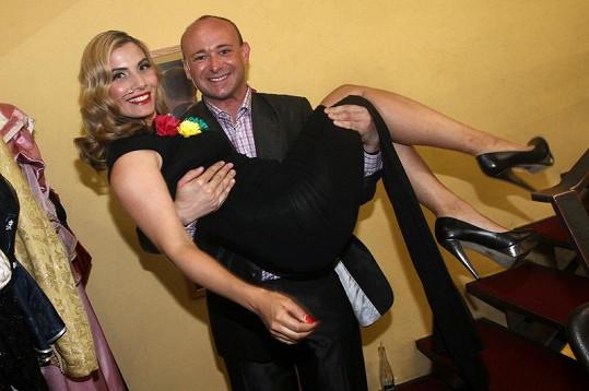 Eva Decastelo v náručí Davida Novotného.