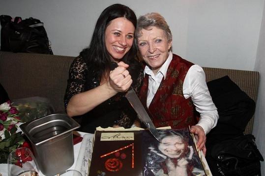 Zpěvačka Dagmar Zázvůrková společně s Janou Štěpánkovou rozkrojily dort.