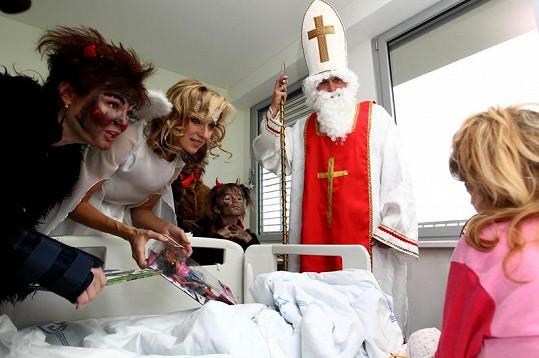 Známé tváře přišly rozveselit děti do motolské nemocnice.