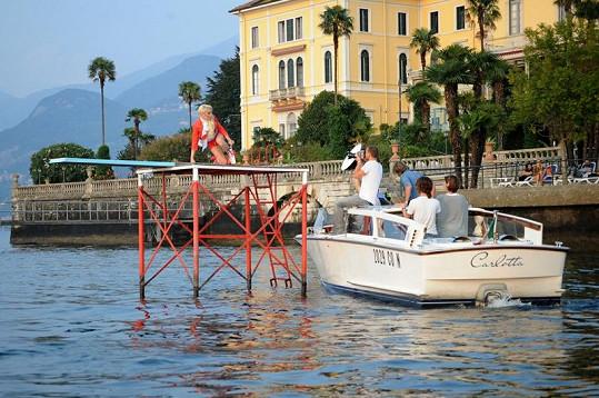 Focení probíhalo v italském letovisku Bellagio.