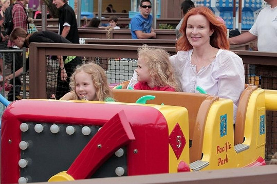 Věčně usměvavá Marcia Cross se svými dvojčaty.