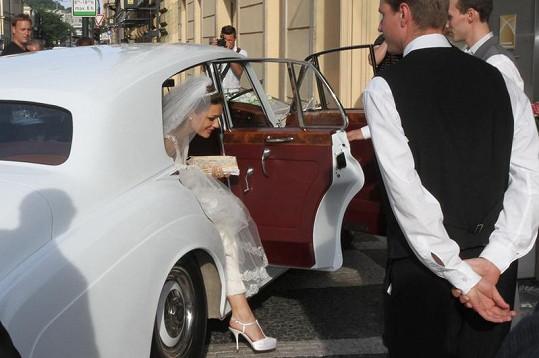 Alena Šeredová přijízdí do hotelu Kempinski.