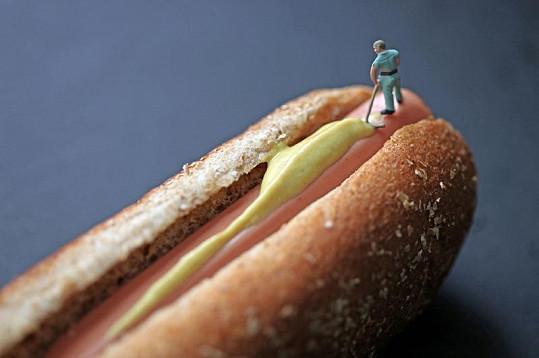 Pracovník na hotdogu.