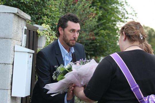 Domenico přebírá od Ivetinych fanoušků kytky a dárky.