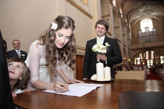 Ženich přihlíží svatebnímu podpisu.