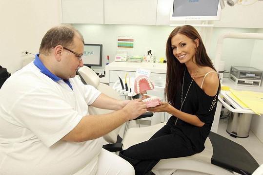 Díky vedoucímu lékaři stomatologického centra Janu Bjačkovi se modelka rozhodla zbavit svých tmavých plomb.