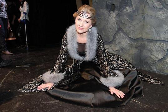 Leona předvedla průhledný dekolt kostýmu.