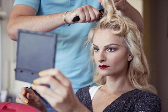 Iva Pazderková se připravuje na focení.