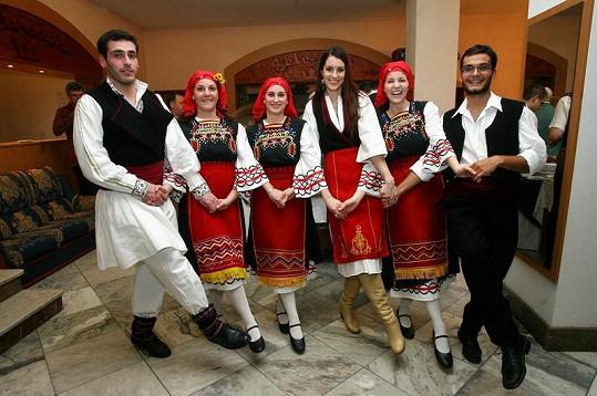 Lucie Váchová v staročeském kroji s folklórní taneční skupinou.