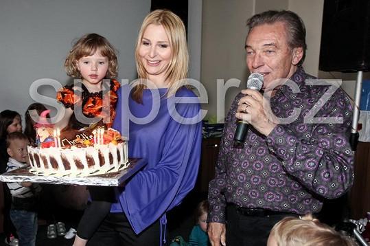 Nemohl chybět ani narozeninový dort, který Charlottce donesli její nejbližší