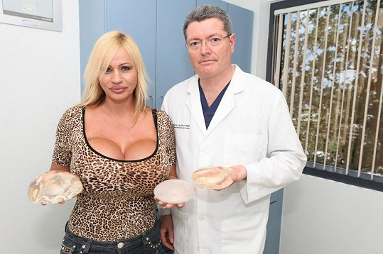 Šestinásobná matka rozmýšlí, které implantáty budou nejvhodnější.
