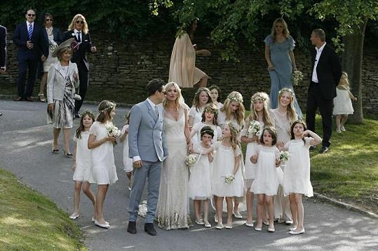 Pár byl po obřadu obklopen patnácti družičkami.