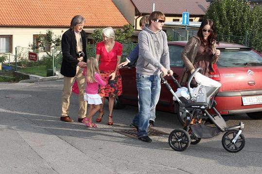 Kordulku do školy doprovázela celá rodina. Přijela dokonce i Agáta Hanychová se svým přítelem Miroslavem Dopitou a synem Kryšpínem.